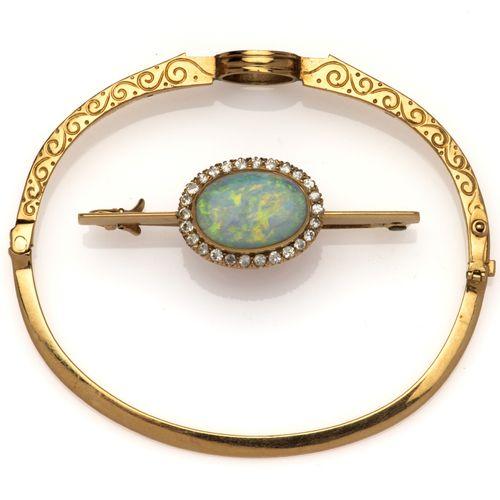An antique 18k gold opal and diamond bangle Bracelet ancien en or 18 carats avec…