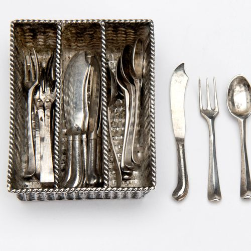 A Dutch silver miniature cutlery basket with six forks, spoons and knives Un pan…