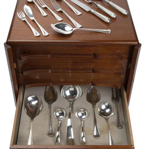 A Dutch silver collection of flatware in wooden canteen 荷兰银质餐具系列,装在木制水壶里,有珠子边。包括…