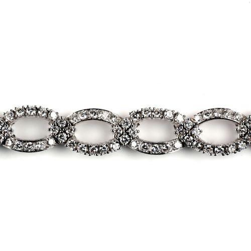 An 18k white gold diamond bracelet Bracelet en or gris 18k à diamants, Composé d…