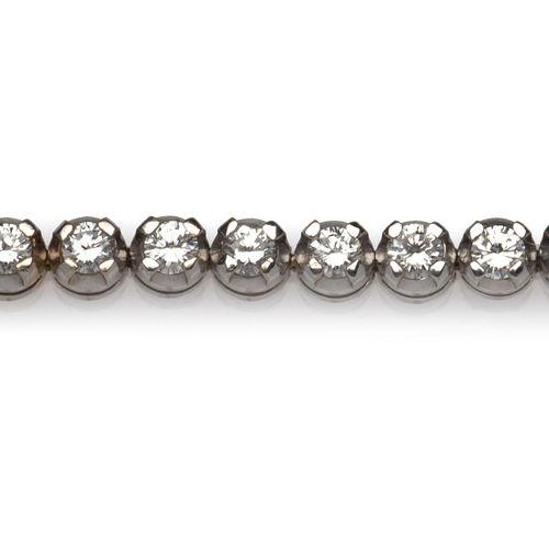 An 18k white gold diamond bracelet Bracelet en or gris 18k, serti d'une ligne de…