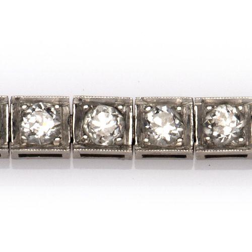 A platinum diamond line bracelet Bracelet ligne de diamants en platine, serti d'…