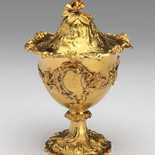 An English 9K gold small lidded goblet Un petit gobelet à couvercle en or 9K ang…