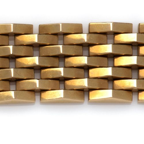 An 18k gold bracelet Bracelet en or 18k, Composé de maillons de forme triangulai…
