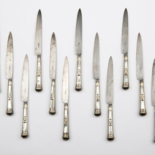Twelve fine table knives with mother of pearl and silver handles 十二把精致的餐刀,带珍珠母和银…
