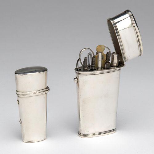 Two silver lancet cases 两个银质长矛盒,普通的,有成型的边框。一个没有标记,装满了剪刀、针和刀架、螺丝刀等工具,还有一个空箱子:制作者A…