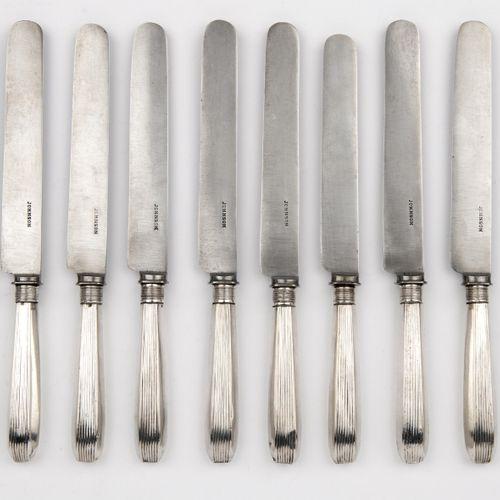 Ten Dutch table knives with silver handles 十把银色手柄的荷兰餐刀,手柄上有钢制的刀片。制作者Barend Roelo…