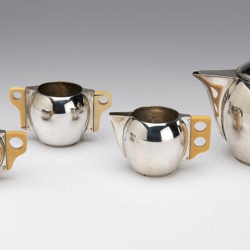 A Dutch silver and ivory small tea set 荷兰银和象牙小茶具,一个普通的球状装饰艺术模型,带有小象牙手柄和顶饰。包括:一个茶…