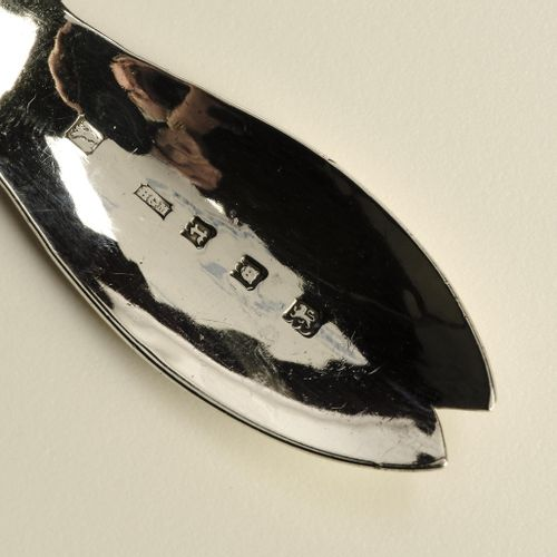 An English silver tea caddy spoon 英国银制茶勺,椭圆形的碗和卷曲的手柄描绘着一个兔子的头。制作者亨利 乔治 墨菲,伦敦,191…