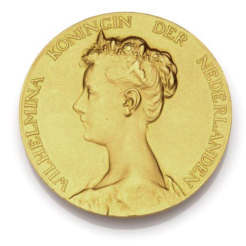 A rare gold commemorative medal Une rare médaille commémorative en or, La médail…