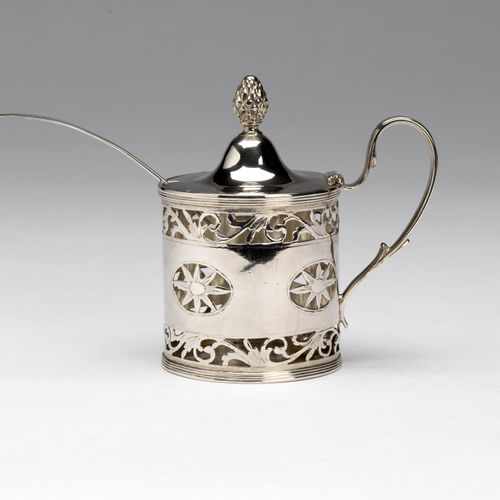 A Dutch silver mustard pot with cut glass liner 荷兰银质芥末罐,带切割玻璃衬垫,圆柱形模型,有花卉镂空装饰。铰链…