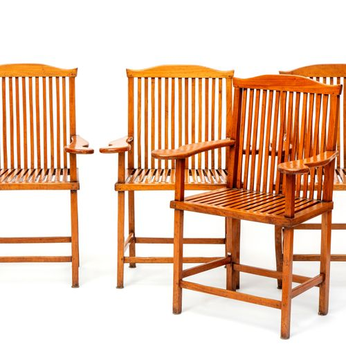 A set of four Chinese hardwood armchairs 一套四张中国硬木扶手椅,约1900年。1900年,每一个都有马鞍背和波浪形的手…