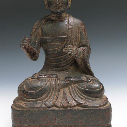 A Ming bronze figure of a Luohan Figurine Ming en bronze d'un Luohan, Dynastie M…