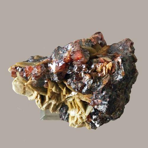 Blende brillante cristallisée et sidérite (8,5 cm, soclée). Mine de La Mure, Isè…