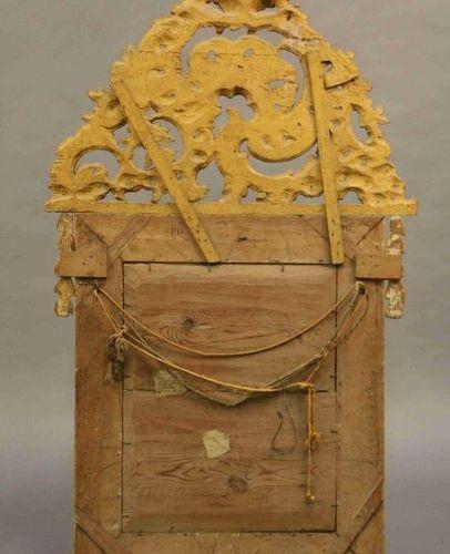 MIROIR dans un encadrement à fronton associé ajouré de feuillages en bois doré. …