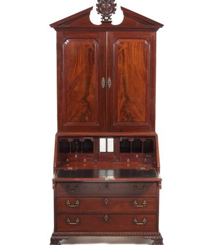 A George II carved mahogany bureau cabinet attributed to Gillows Un cabinet de b…