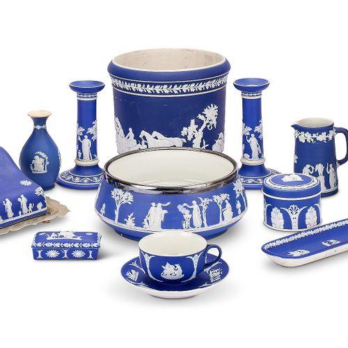 A group of Wedgwood blue jasper ware Groupe de vaisselle Wedgwood en jaspe bleu …