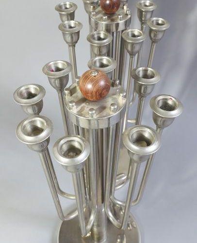Deux grands chandeliers, lustres, métal Deux grands chandeliers / candélabres. M…
