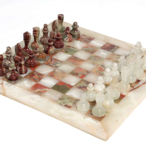 Chess set in alabaster and marble.