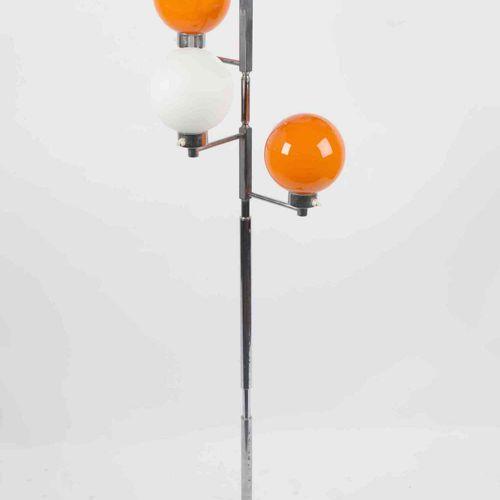 Lampadaire à 4 sphères en opaline, orange et blanche. ( usure du chrome au pied)…