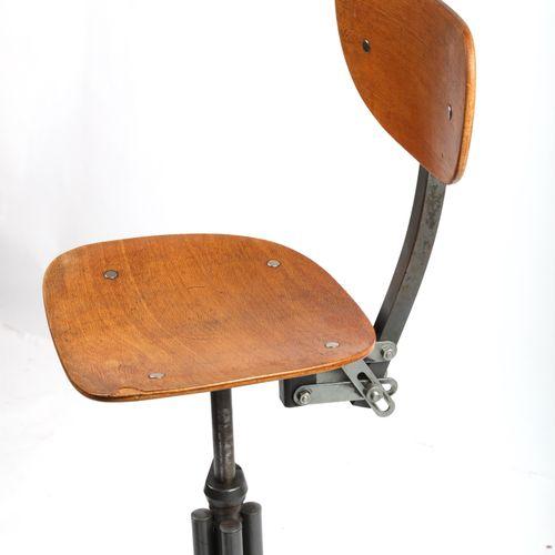 Fauteuil d'atelier, assise et dossier en contreplaqué, pivotant, socle tubulaire…