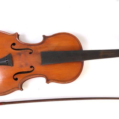 Violon (52cm) et archet (59,5cm), dans l'état. ( ref : 1873)