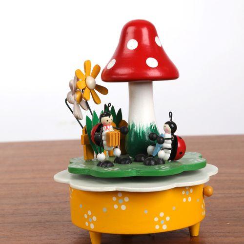 Boite à musique à décor de cocinelles et champignon.