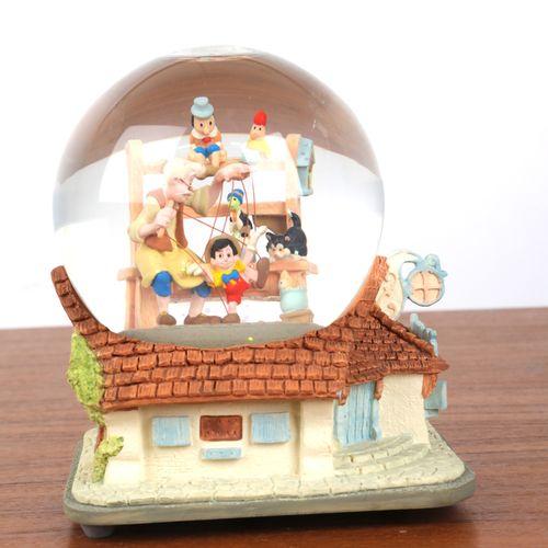 """""""Boule de Noël"""", et boite à musique à décor de """"Pinoccio"""". 16x12cm."""