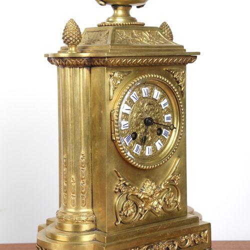 鎏金青铜钟,表盘由罗马数字的刻痕组成,放在6个脚上,松果,路易十六风格。