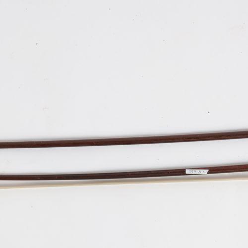 """Deux archets : longueur : 59 cm. Archet signé """"Ary Fr"""", accdts. Lg : 63 cm arche…"""