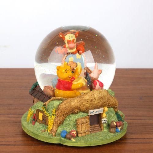 """""""Boule de Noël"""", et boite à musique à décor de """"Winnie l'ourson"""". 16x12cm."""