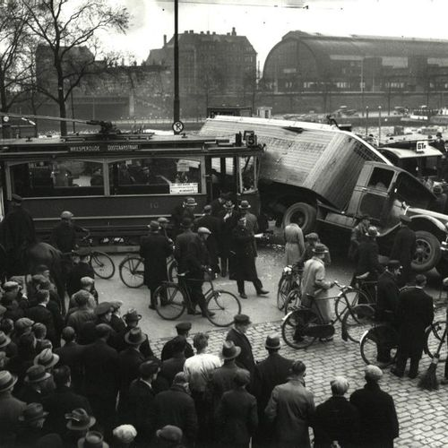 Presser, S. (1917 1986). (Tram accident near Amsterdam Central Station). Two gel…