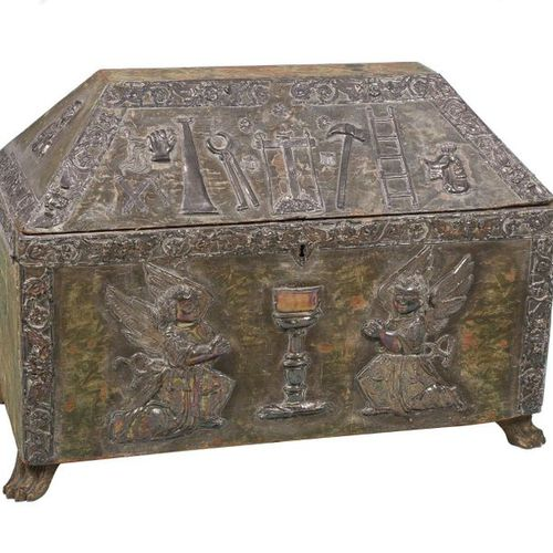 Large silver and damasked silk covered wooden chest. 17th century Colonial. Peru…