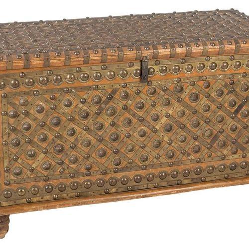 Coffre en bois de cèdre plaqué de métal avec des clous cylindriques et coniques …