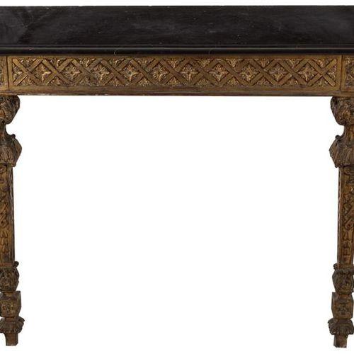 Console de style Louis XIV en bois sculpté et doré avec un plateau en marbre noi…