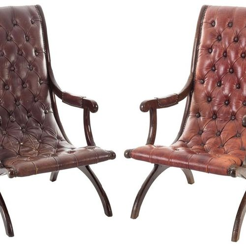 Paire de fauteuils anglais en bois vernis dans un ton acajou et rembourrés de cu…