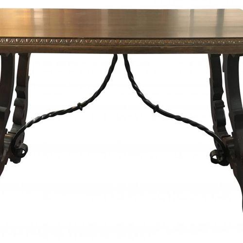Tavolo castigliano secondo i modelli del XVII secolo con gambe a forma di lira u…