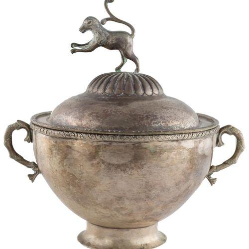 Zuppiera con coperchio d'argento a contrasto, secondo i modelli vicereali, con f…