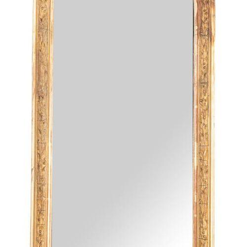 Coppia di specchi con mensole e sormontati da motivi floreali. Ffs. S. XIX. 90 x…