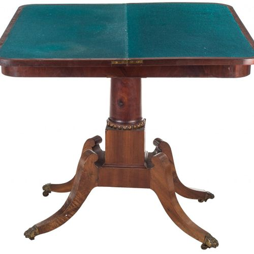 Tavolo da gioco inglese in legno di mogano con piano incernierato. S. XIX. Chius…