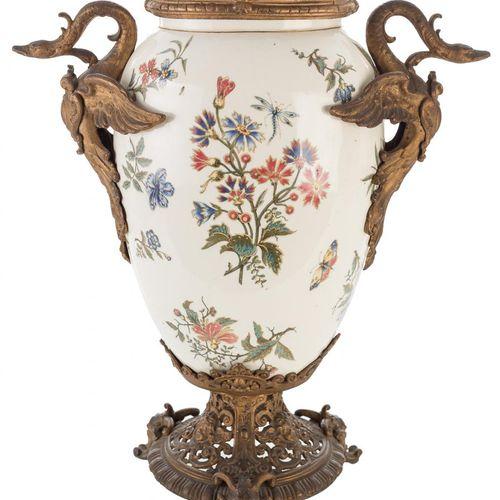 Vaso in ceramica smaltata con decorazione floreale e guarnizioni in calamina. In…