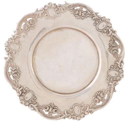 Piccolo piatto d'argento con motivi floreali decorativi. 13 x 13 cm Peso: 40 g