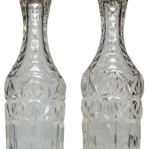 Coppia di fiaschette in vetro tagliato con tappo in argento. S. XX. Altezza: 8 c…