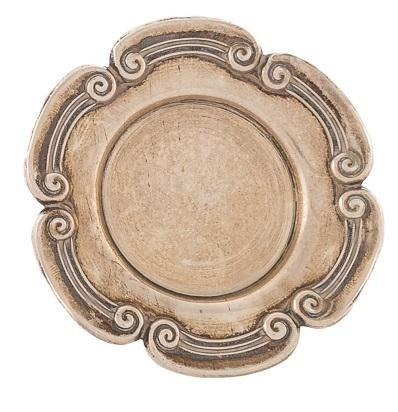 Coppia di piccoli piatti in argento portoghese. Una decorata con capitelli ionic…