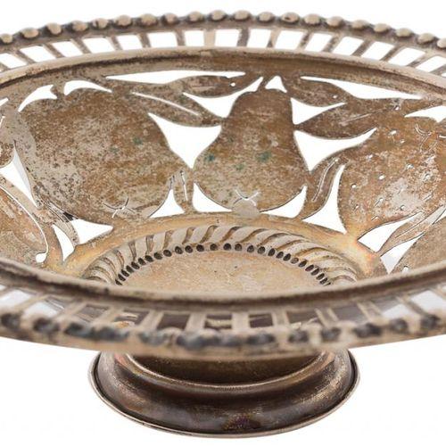 Piccola fruttiera in argento traforato con profilo di perle e interno decorato c…