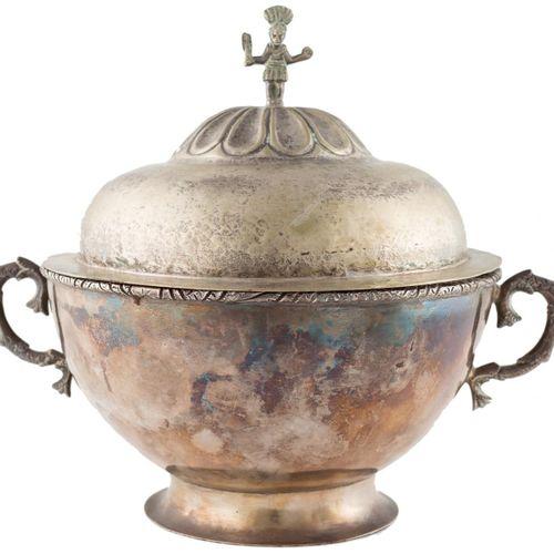 Zuppiera con coperchio in argento a contrasto, secondo i modelli vicereali, con …