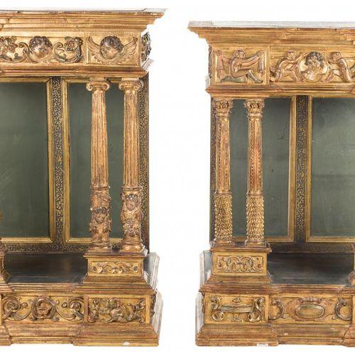 Coppia di nicchie in legno intagliato e dorato con diverse decorazioni scolpite.…