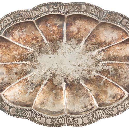 Vassoio d'argento, secondo i modelli vicereali, con decorazione di grandi gadroo…