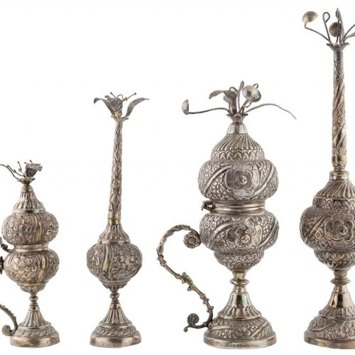 Quattro oggetti in argento con decorazione incisa di motivi floreali e vegetali …