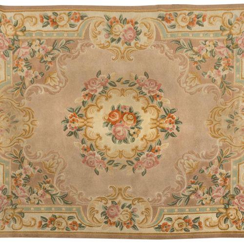 Tappeto di lana decorato in stile Carlo IV con ghirlande floreali e vegetali in …